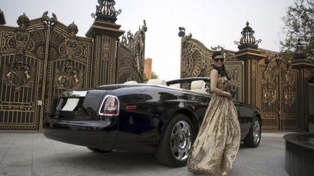 Lần xuát hiện hiếm hoi với chiếc Rolls Royce Drophead Coupe .