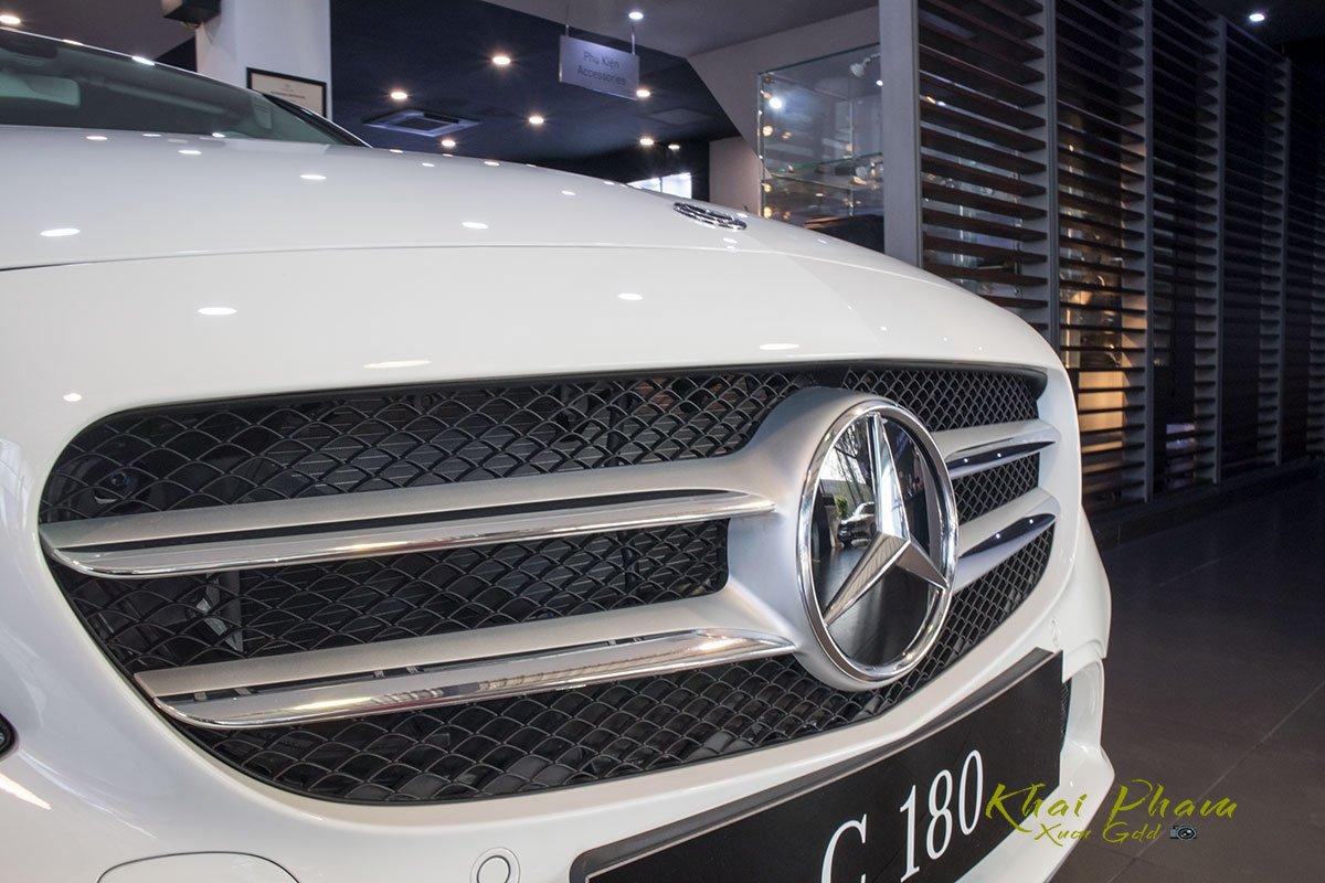 Ảnh chụp lưới tản nhiệt xe Mercedes-Benz C 180 2020