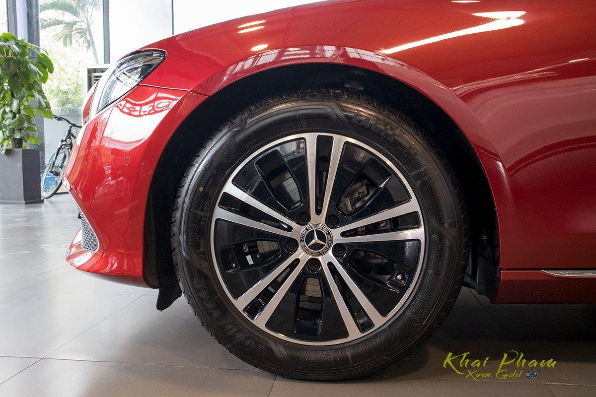 Ảnh chụp la-zăng xe Mercedes-Benz E 180 2020