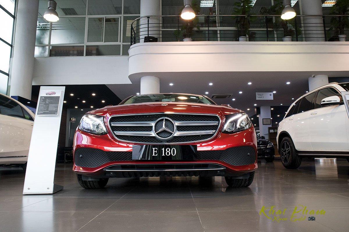 Ảnh chụp chính diện đầu xe Mercedes-Benz E 180 2020