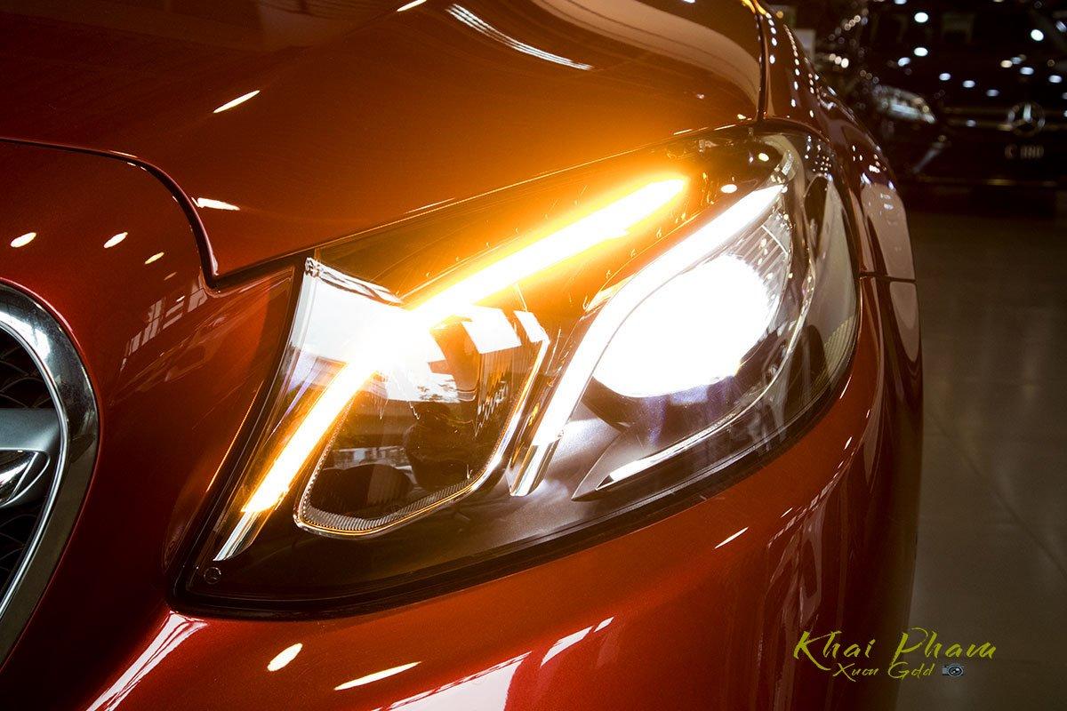Ảnh chụp đèn pha sáng phải xe Mercedes-Benz E 180 2020