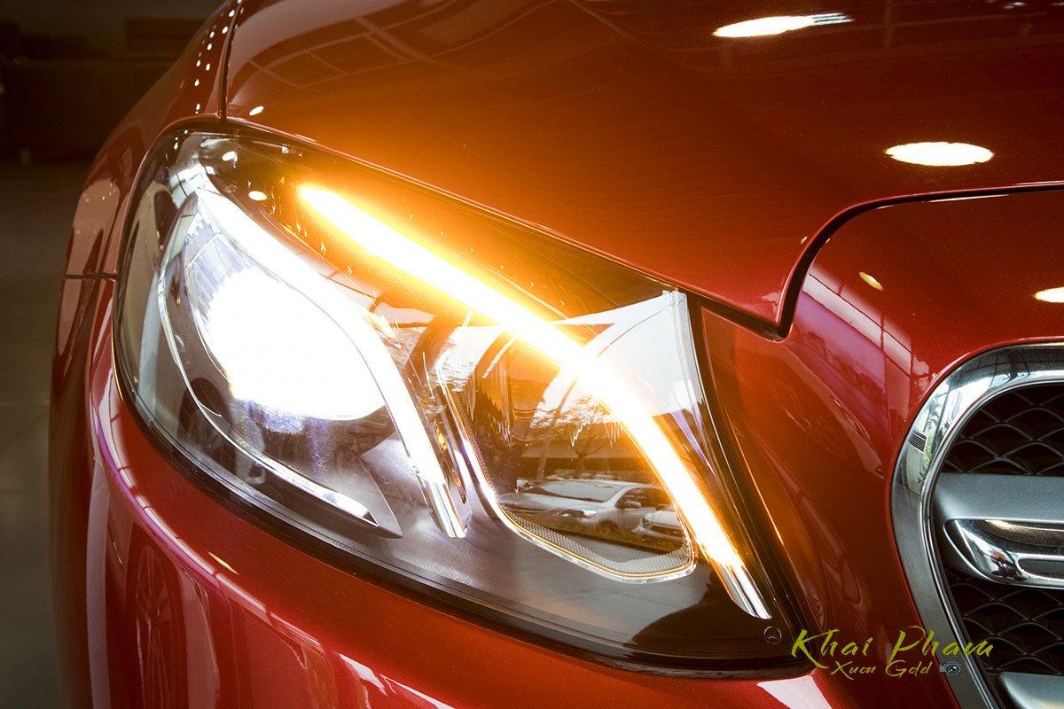Ảnh chụp đèn pha sáng xe Mercedes-Benz E 180 2020