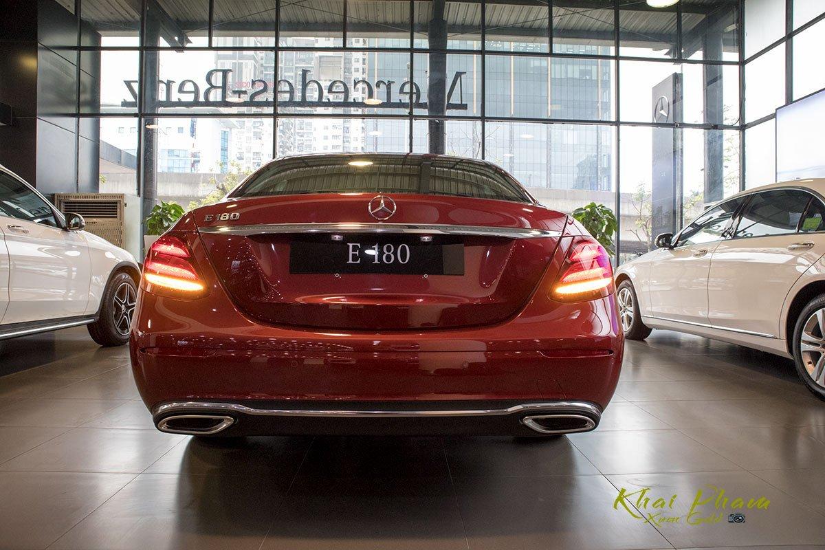 Ảnh chụp chính diện đuôi xe Mercedes-Benz E 180 2020