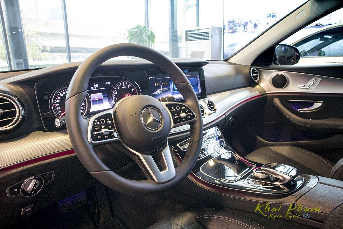 Ảnh chụp tay lái xe Mercedes-Benz E 180 2020