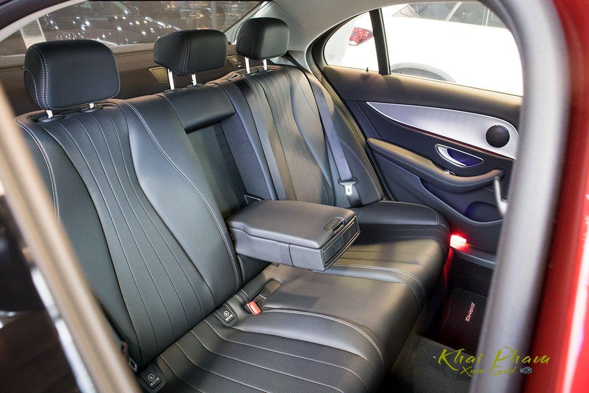 Ảnh chụp ghế sau bệ tỳ tay xe Mercedes-Benz E 180 2020