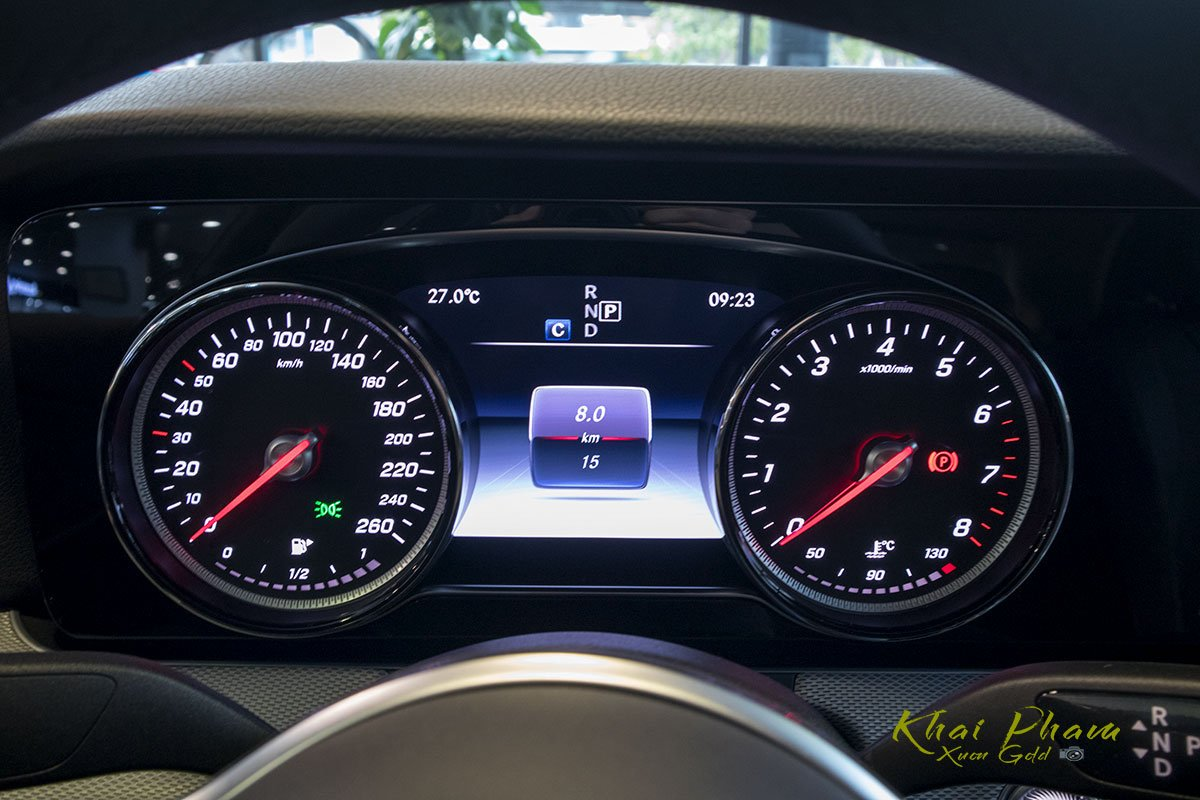 Ảnh chụp đồng hồ xe Mercedes-Benz E 180 2020