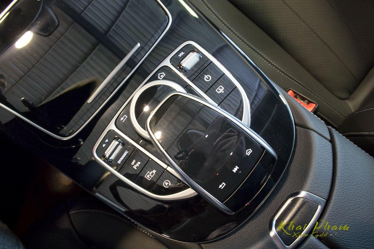 Ảnh chụp cụm điều khiển xe Mercedes-Benz E 180 2020
