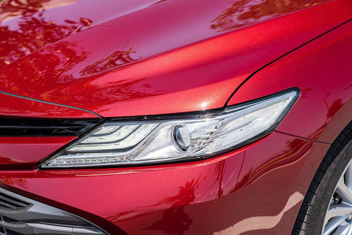 Ảnh chụp đèn pha Toyota Camry 2020