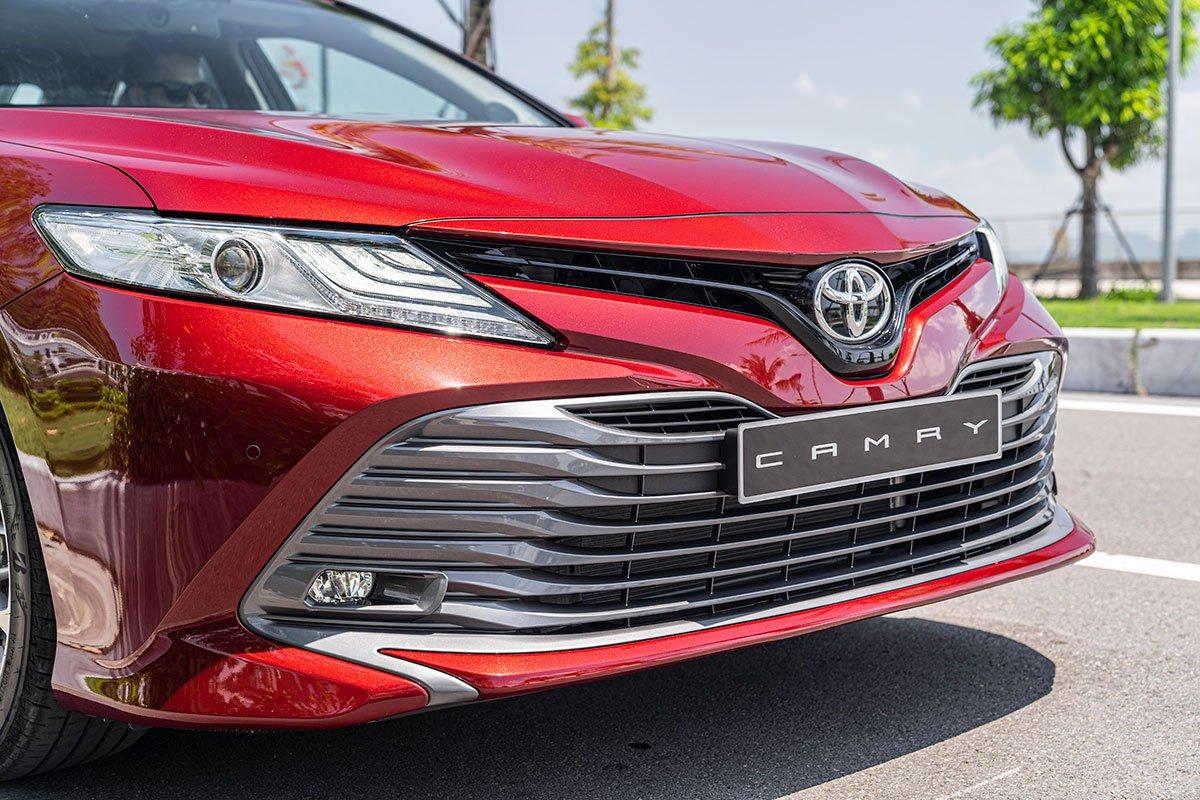 Ảnh chụp lưới tản nhiệt xe Toyota Camry 2020