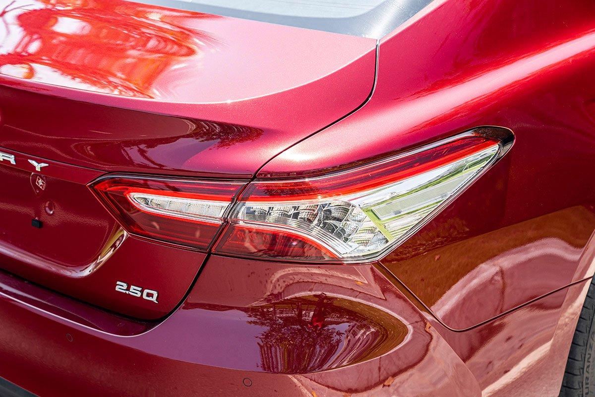Ảnh chụp đèn hậu xe Toyota Camry 2020