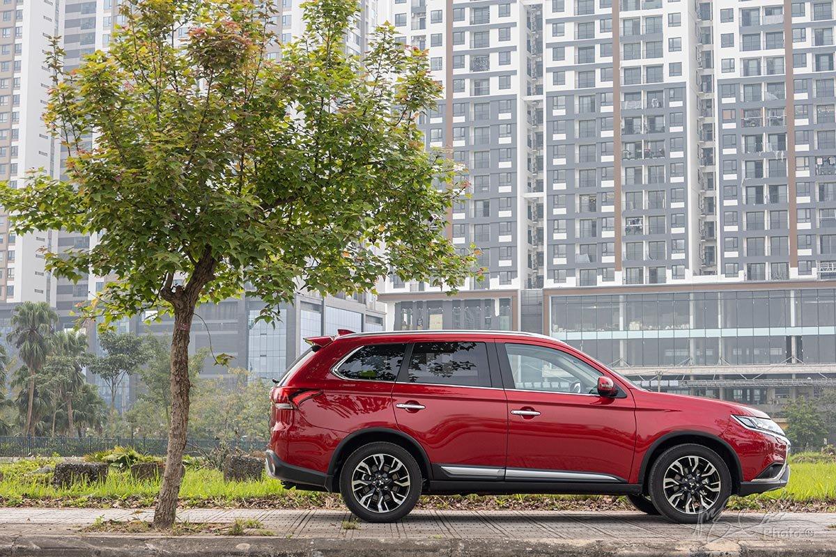 Đánh giá xe Mitsubishi Outlander 2.0 CVT Premium 2020: Khu vực thân xe được bao lưu nét thiết kế cũ.