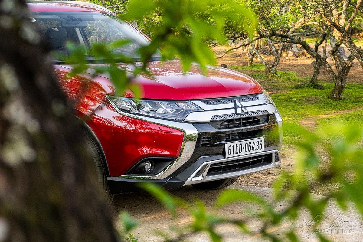 Đánh giá xe Mitsubishi Outlander 2.0 CVT Premium 2020: Thiết kế đầu xe.
