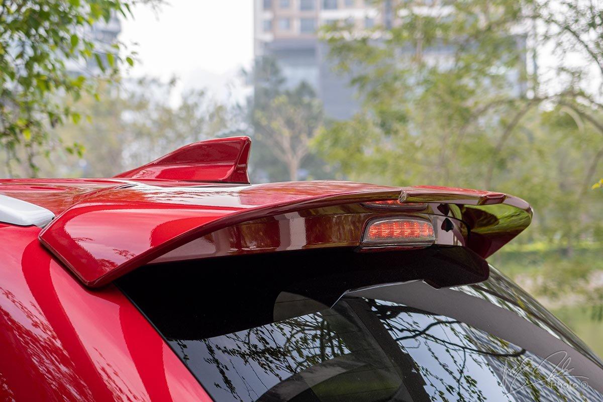 Đánh giá xe Mitsubishi Outlander 2.0 CVT Premium 2020: Cánh gió đuôi tiêu chuẩn.