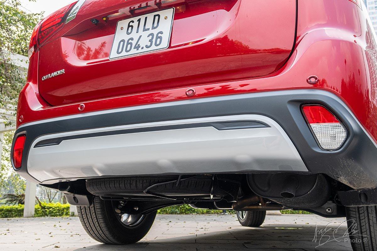 Đánh giá xe Mitsubishi Outlander 2.0 CVT Premium 2020: Khu vực cản sau.