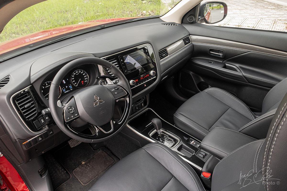 Đánh giá xe Mitsubishi Outlander 2.0 CVT Premium 2020: Khoang lái.