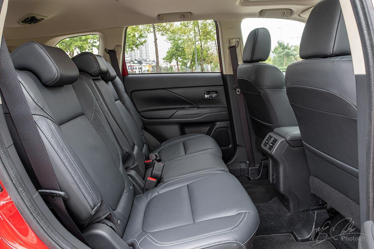 Đánh giá xe Mitsubishi Outlander 2.0 CVT Premium 2020: Hàng ghế thứ 2.