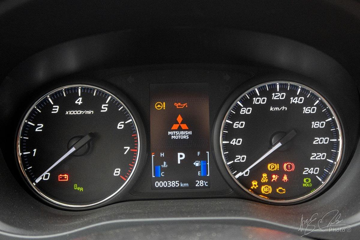 Đánh giá xe Mitsubishi Outlander 2.0 CVT Premium 2020: Bảng đồng hồ.
