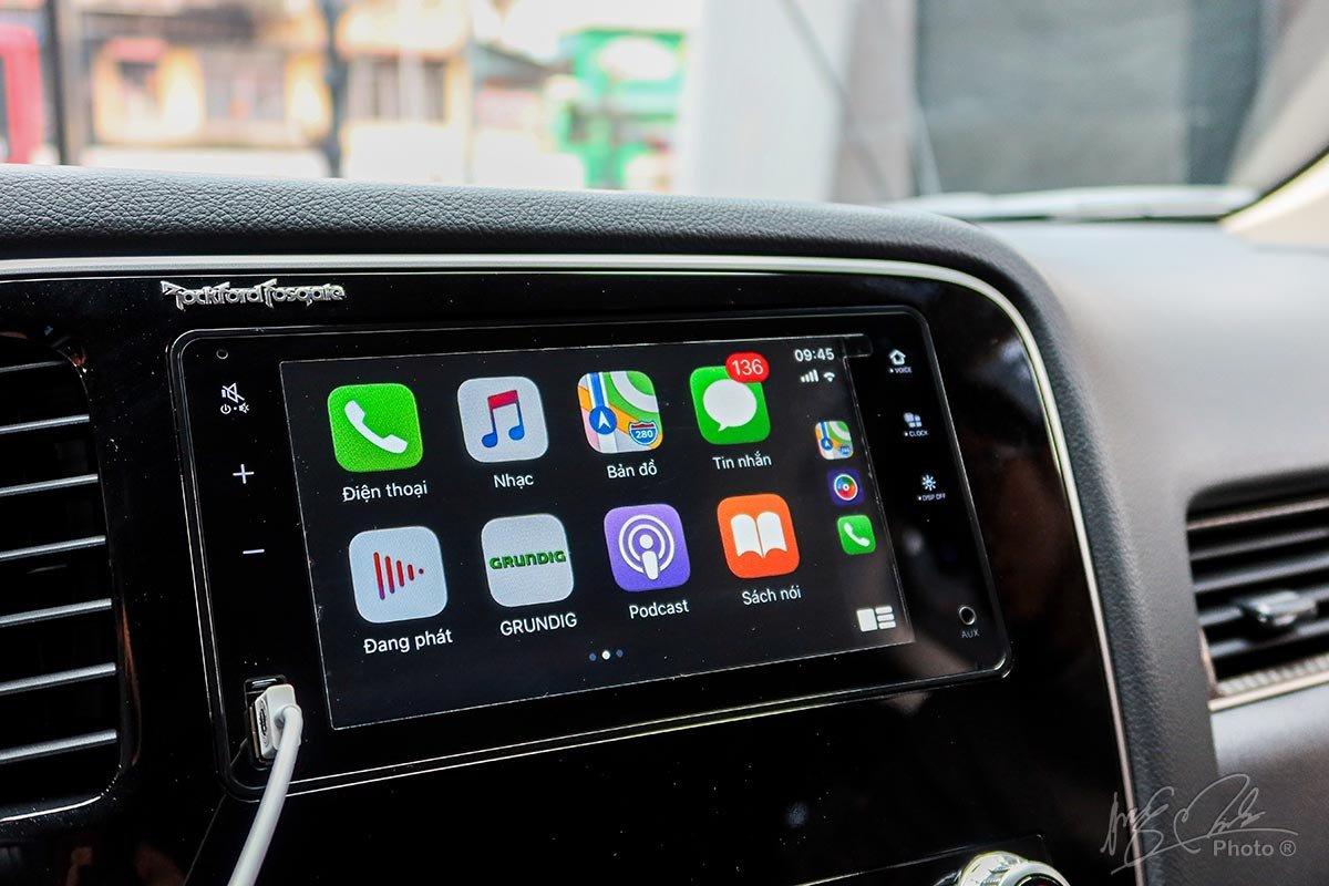 Đánh giá xe Mitsubishi Outlander 2.0 CVT Premium 2020: Màn hình giải trí 7 inch tích hợp Apple CarPlay.