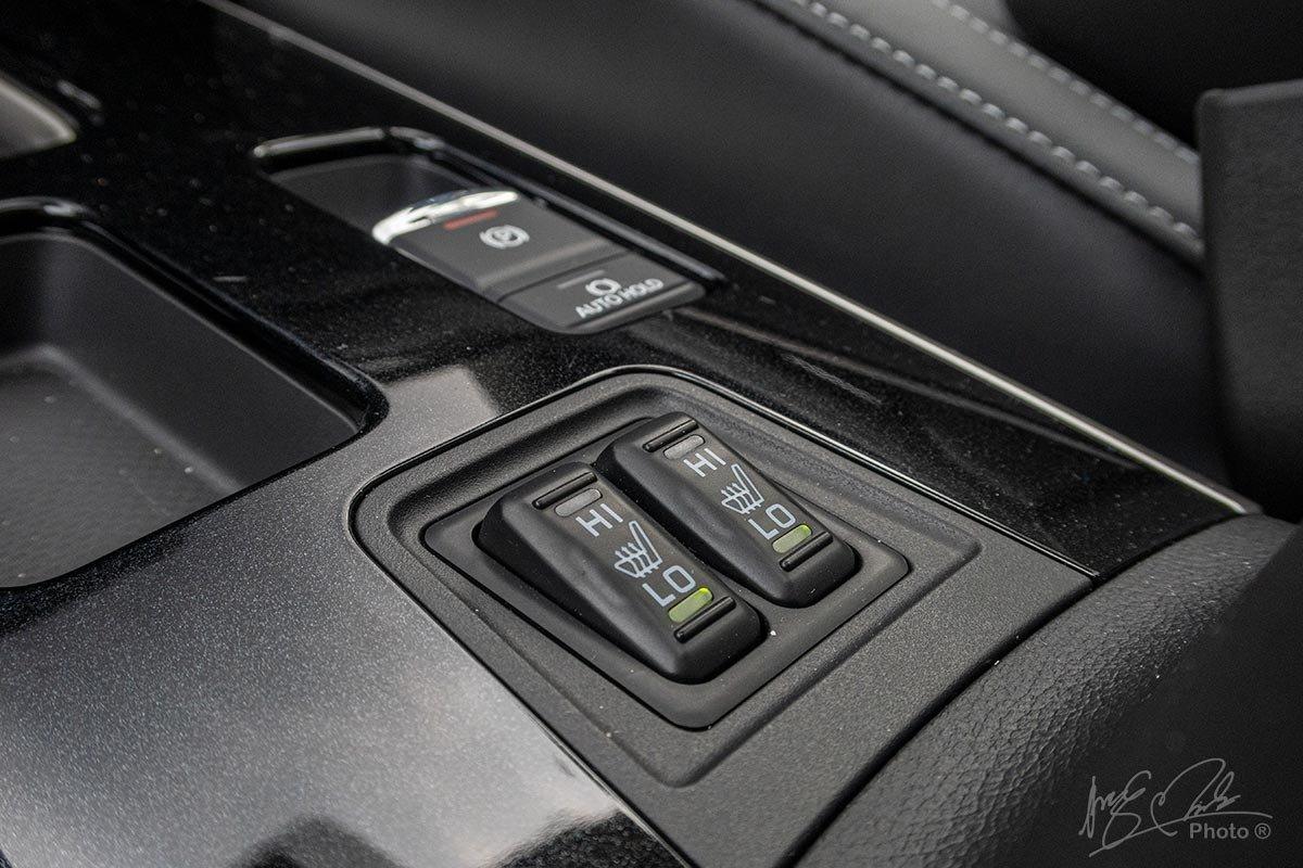 Đánh giá xe Mitsubishi Outlander 2.0 CVT Premium 2020: Sấy hàng ghế trước.
