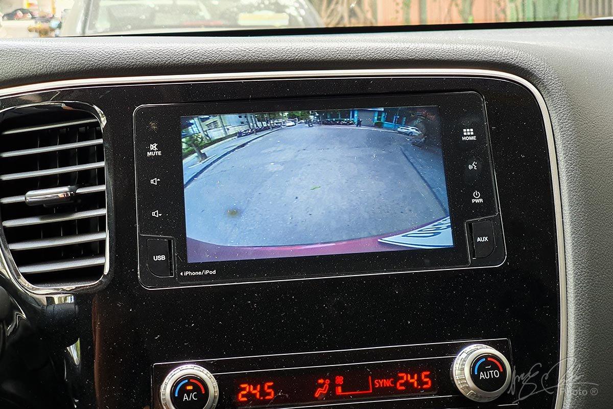 Đánh giá xe Mitsubishi Outlander 2.0 CVT Premium 2020: Camera lùi.