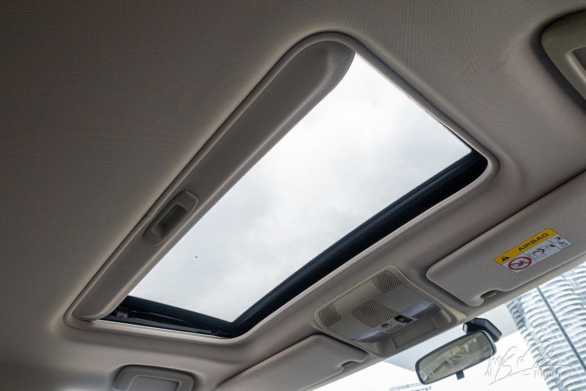 Đánh giá xe Mitsubishi Outlander 2.0 CVT Premium 2020: Cửa sổ trời.