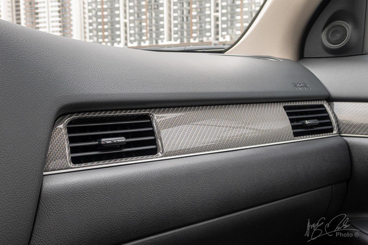 Đánh giá xe Mitsubishi Outlander 2.0 CVT Premium 2020: Ốp trang trí giả vân carbon.