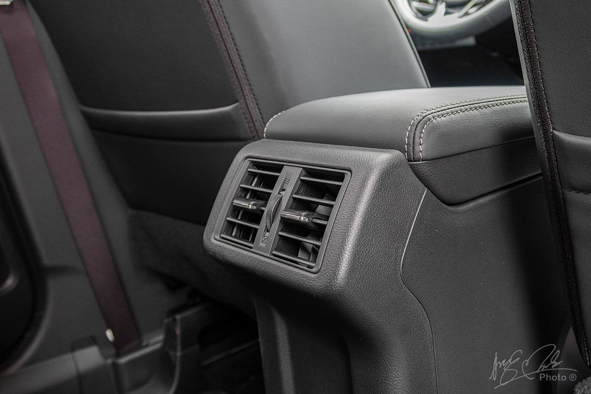 Đánh giá xe Mitsubishi Outlander 2.0 CVT Premium 2020: Cửa gió điều hoà cho hàng ghế sau.