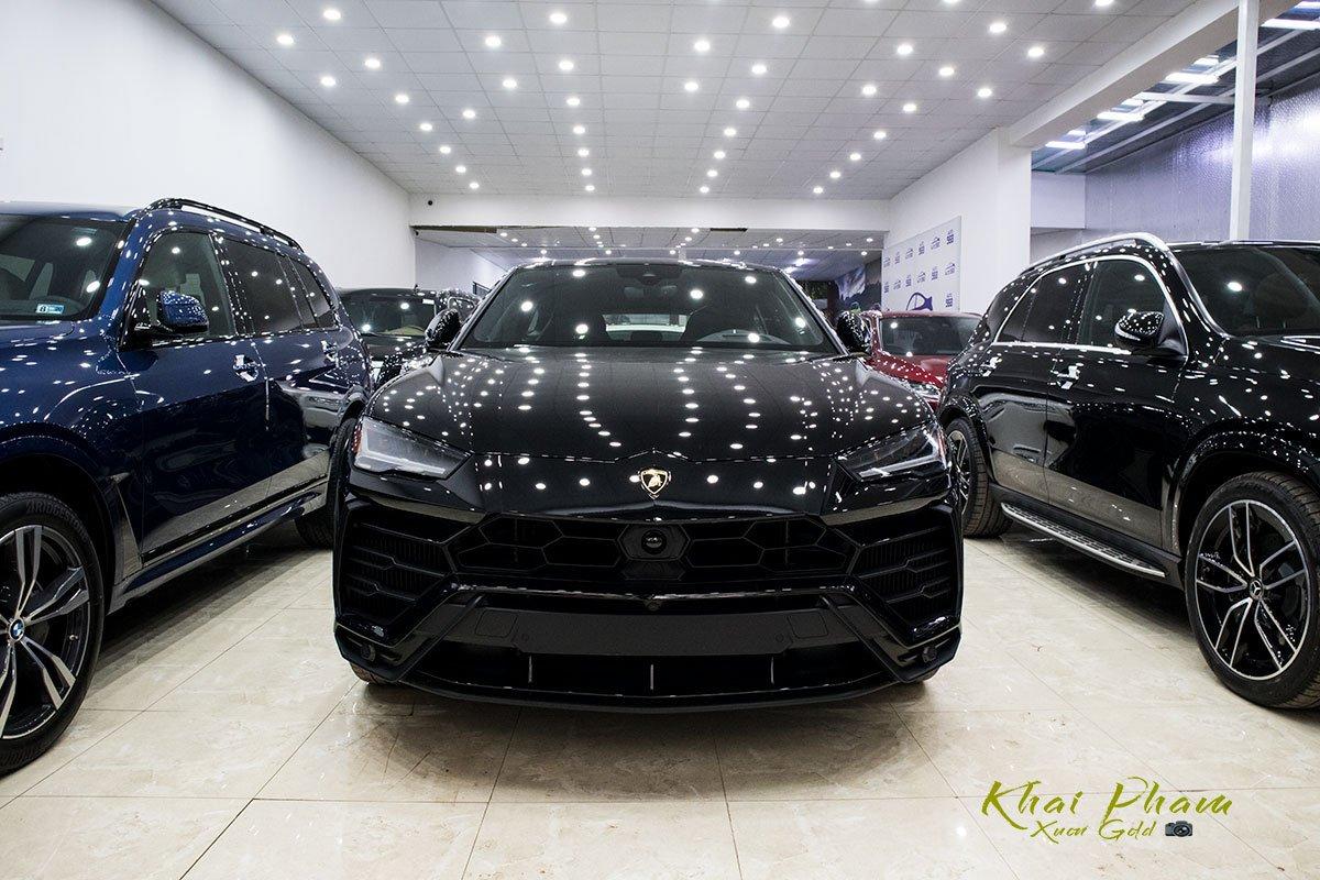 Ảnh chụp đầu xe Lamborghini Urus Black Edition 2020