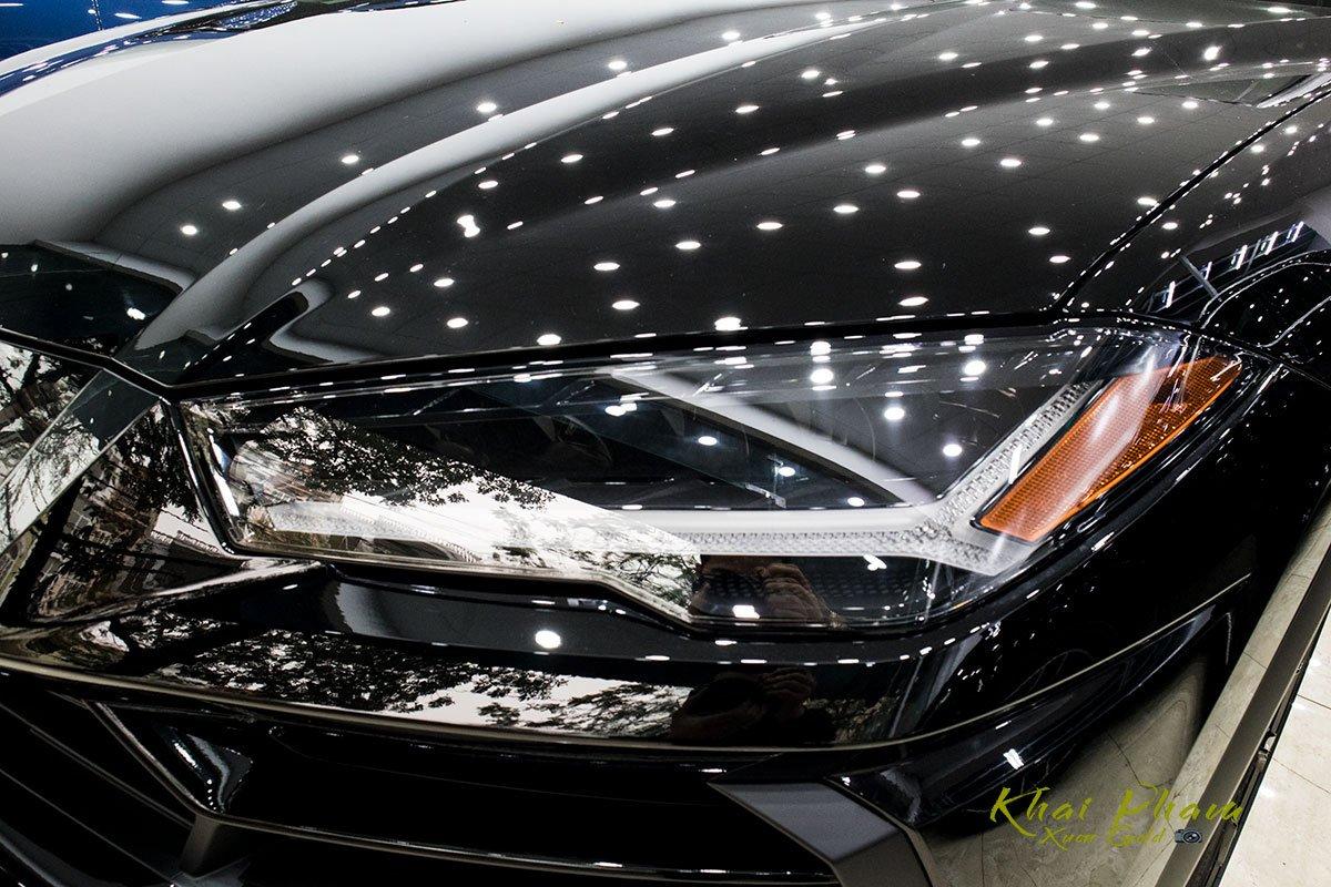 Ảnh chụp đèn pha xe Lamborghini Urus Black Edition 2020 1