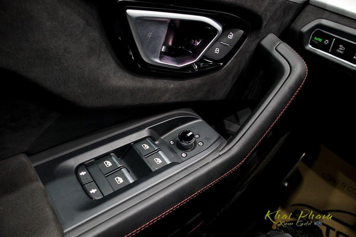 Ảnh chụp tay nắm cửa xe Lamborghini Urus Black Edition 2020