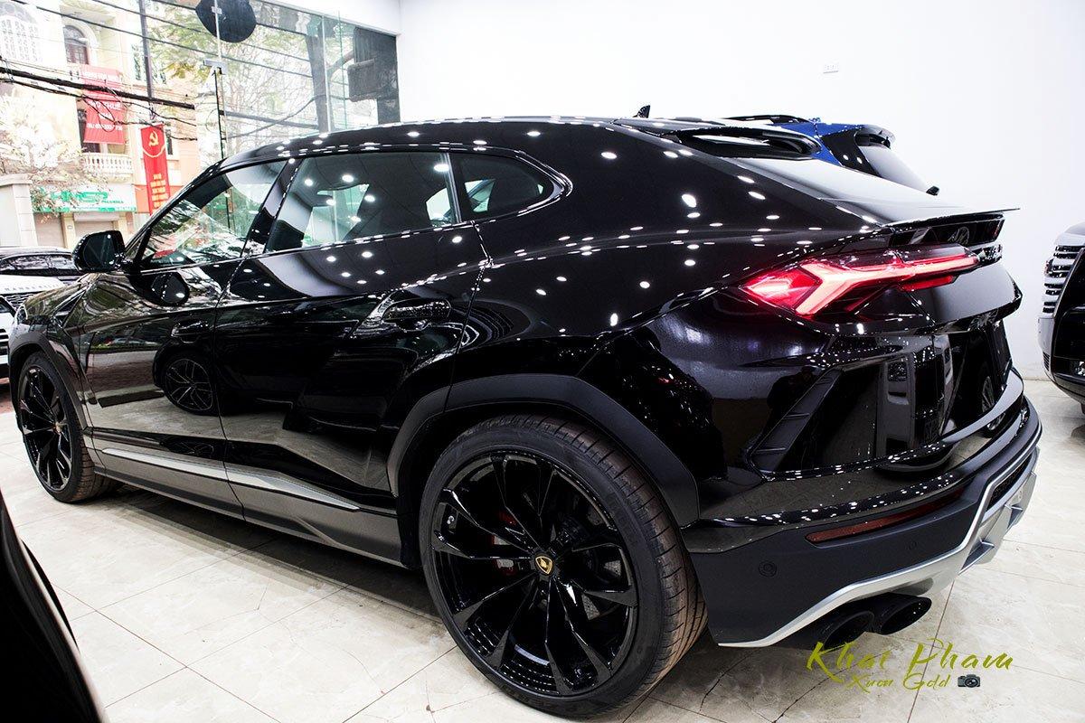 Ảnh chụp thân xe Lamborghini Urus Black Edition 2020