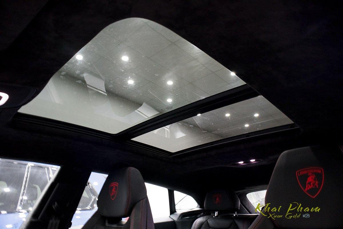 Ảnh chụp cửa sổ trời xe Lamborghini Urus Black Edition 2020
