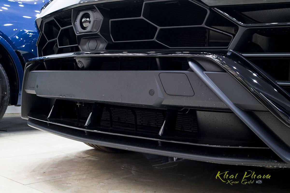 Ảnh chụp cản trước xe Lamborghini Urus Black Edition 2020