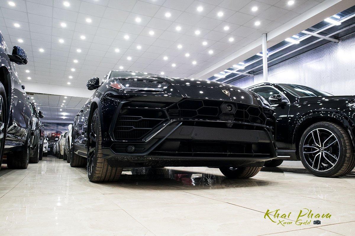 Ảnh chụp trước xe Lamborghini Urus Black Edition 2020 1