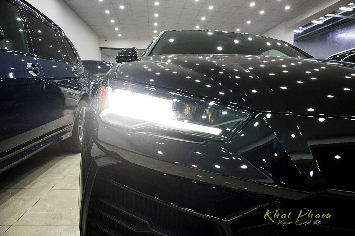 Ảnh chụp đèn pha xe Lamborghini Urus Black Edition 2020