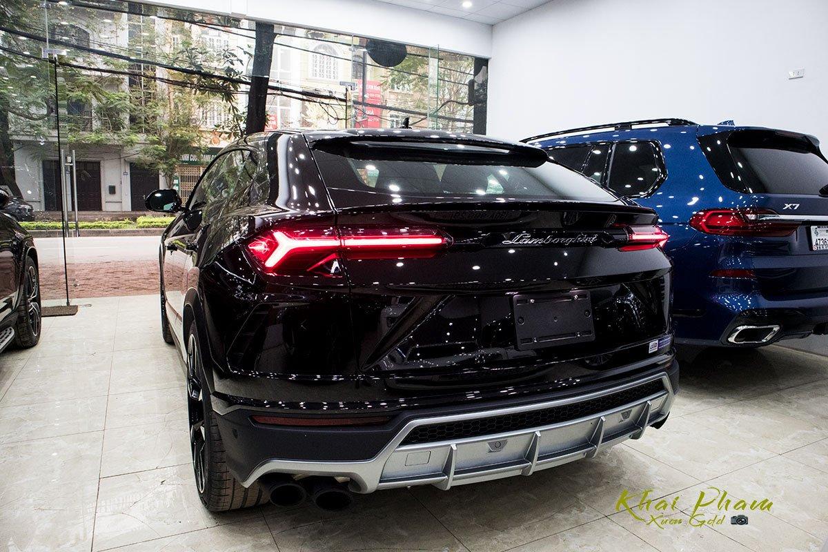 Ảnh chụp đuôi xe Lamborghini Urus Black Edition 2020