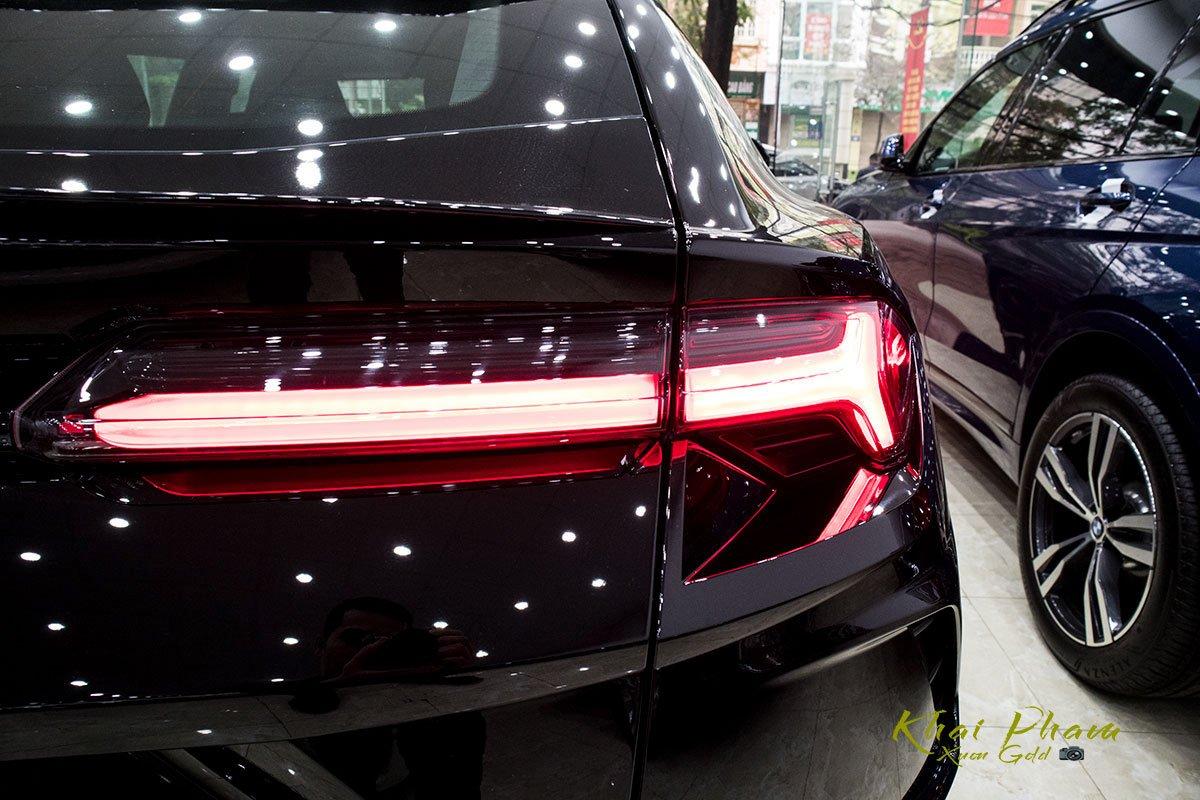 Ảnh chụp đèn hậu xe Lamborghini Urus Black Edition 2020