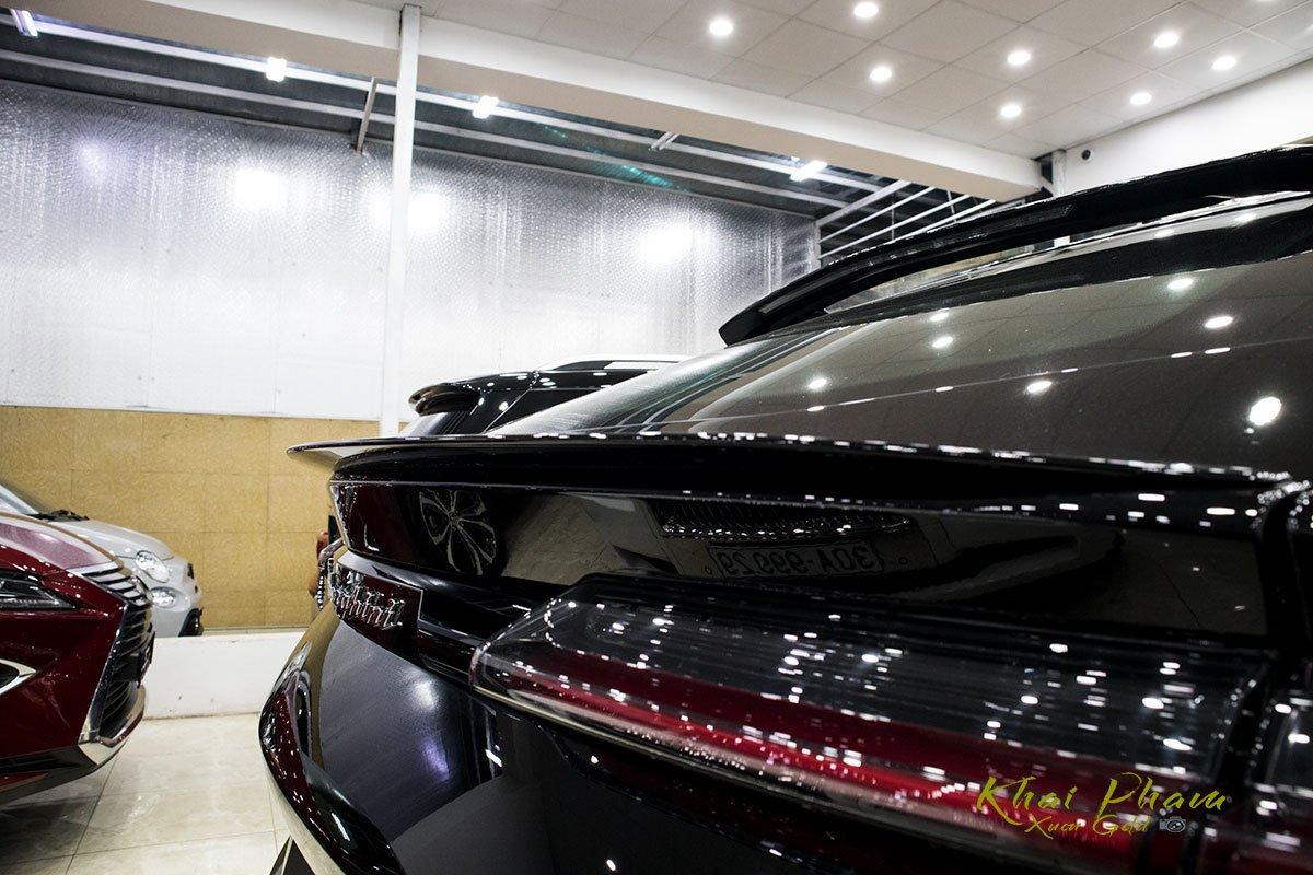 Ảnh chụp cánh gió xe Lamborghini Urus Black Edition 2020