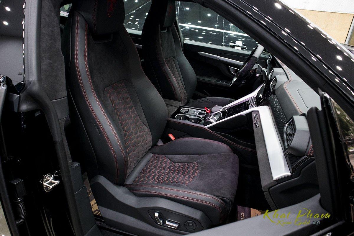 Ảnh chụp ghế phụ xe Lamborghini Urus Black Edition 2020