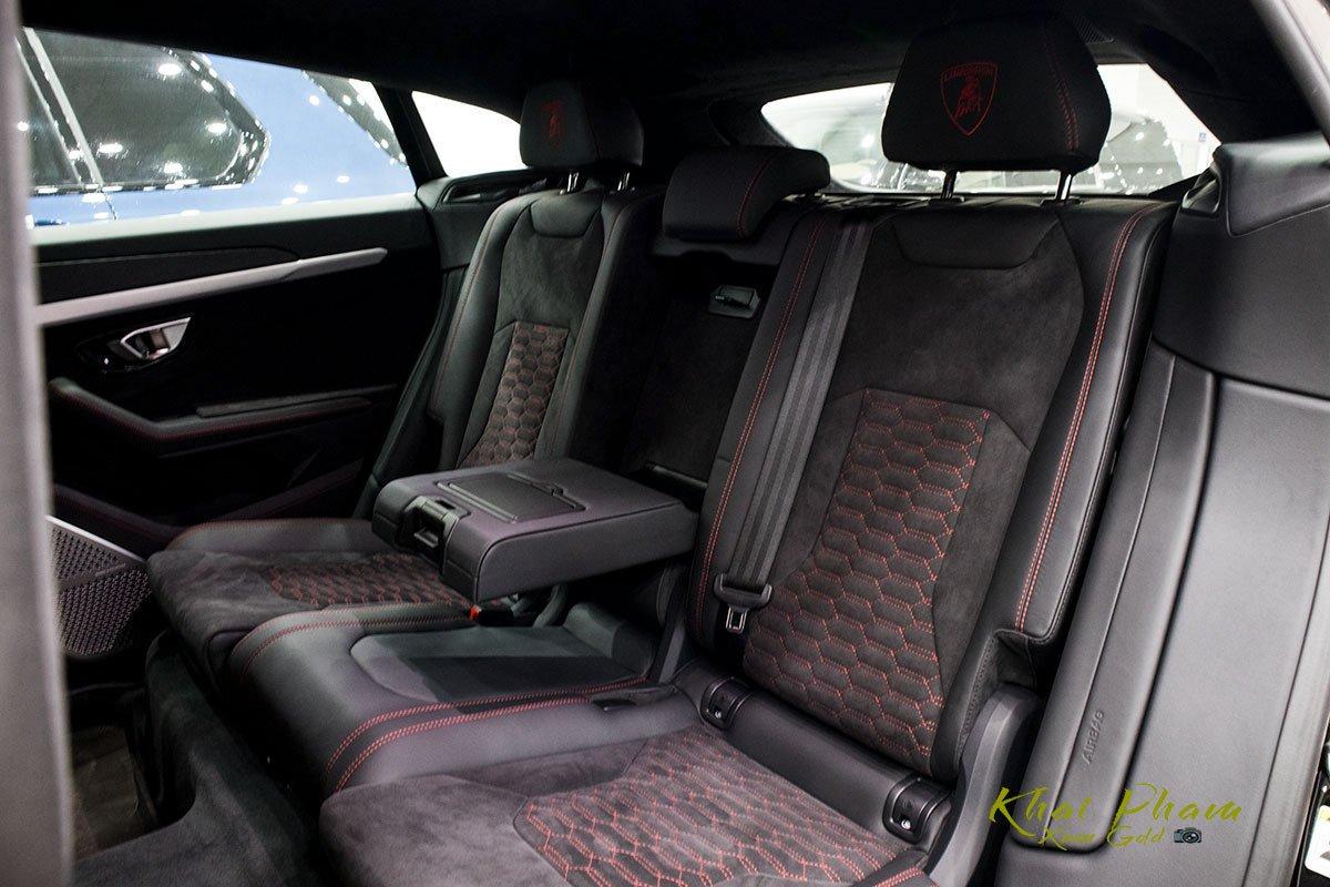 Ảnh chụp ghế sau xe Lamborghini Urus Black Edition 2020