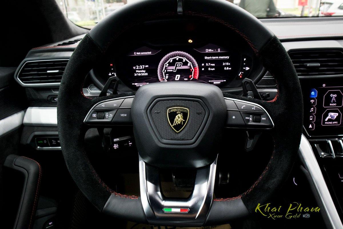 Ảnh chụp vô-lăng xe Lamborghini Urus Black Edition 2020