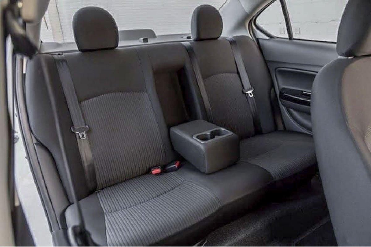 Tựa đầu hàng ghế sau trên Mitsubishi Attrage 2019 phiên bản MT.