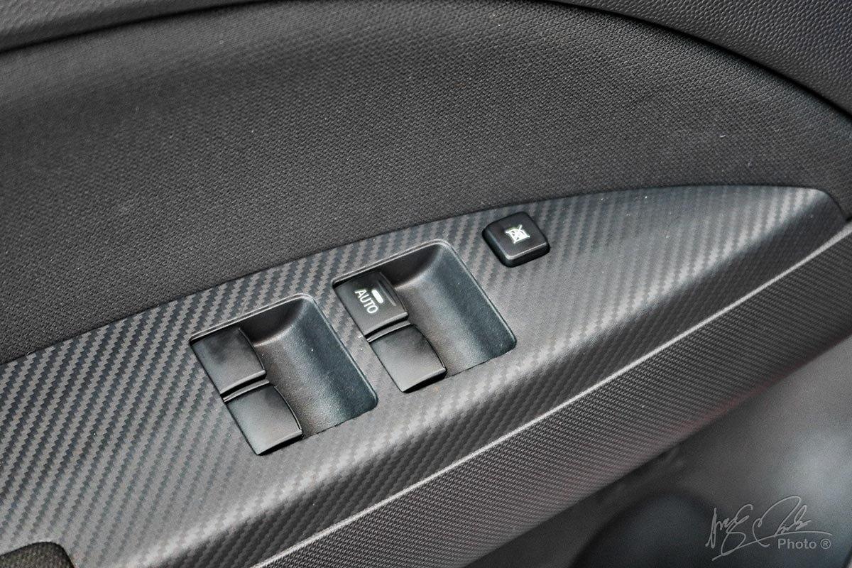 Táp luy cửa của Mitsubishi 2020 sử dụng ốp nhựa giả vân carbon.