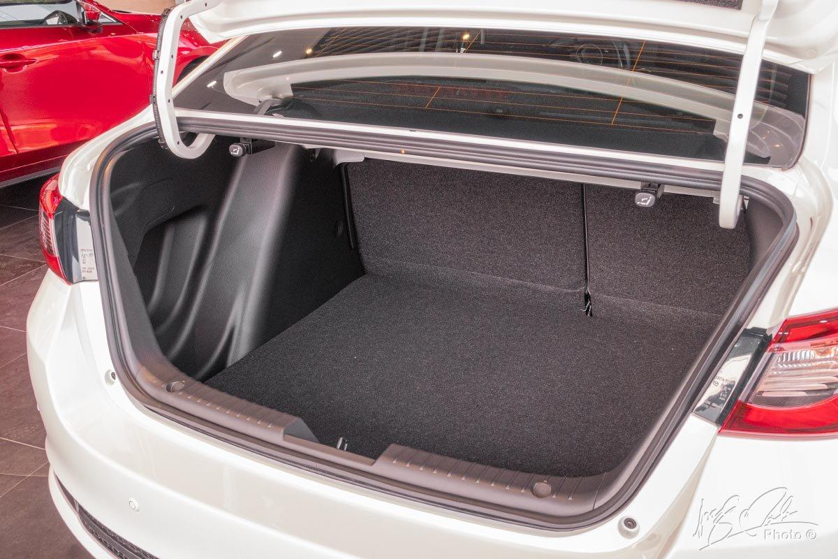 Đánh giá xe Mazda 2 2020: Không gian hành lý 440 lít đối với biến thể Sedan.