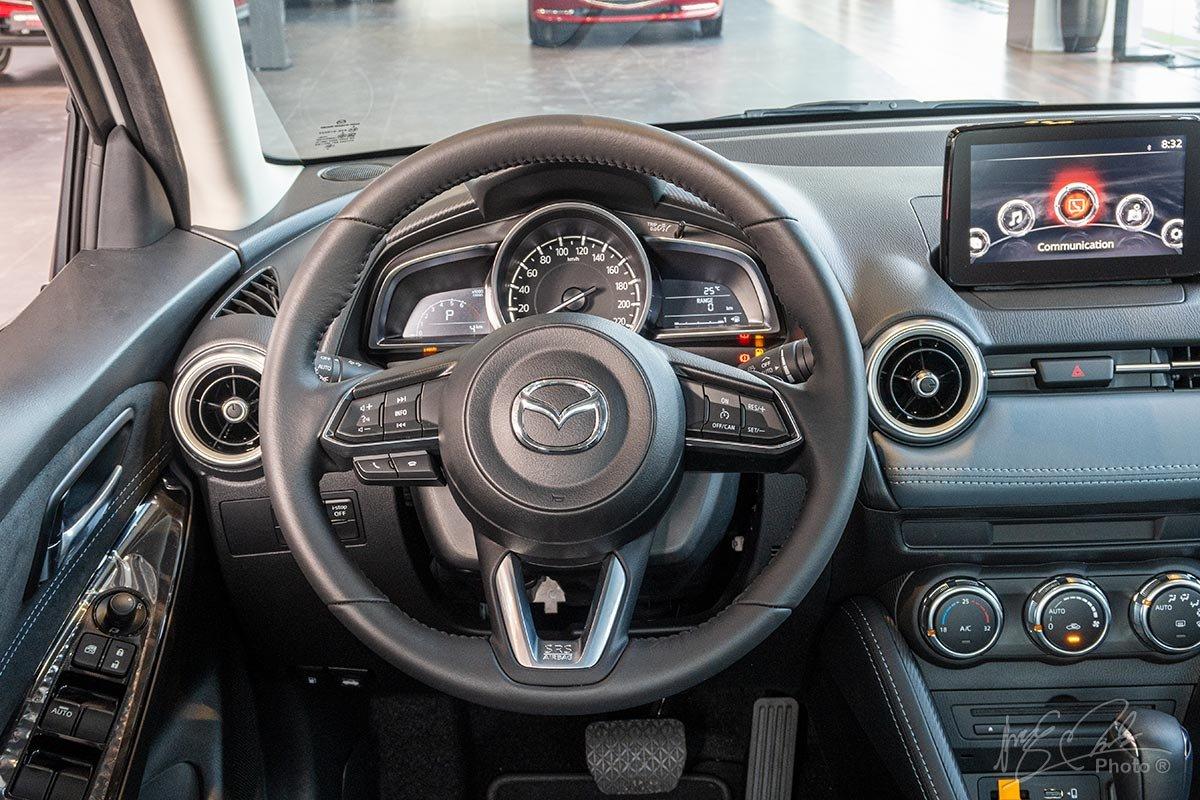 Đánh giá xe Mazda 2 2020: Vô-lăng tích hợp nhiều nút bấm.