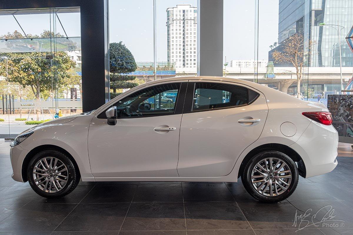 Đánh giá xe Mazda 2 2020: Thiết kế thân xe của biến thể Sedan.