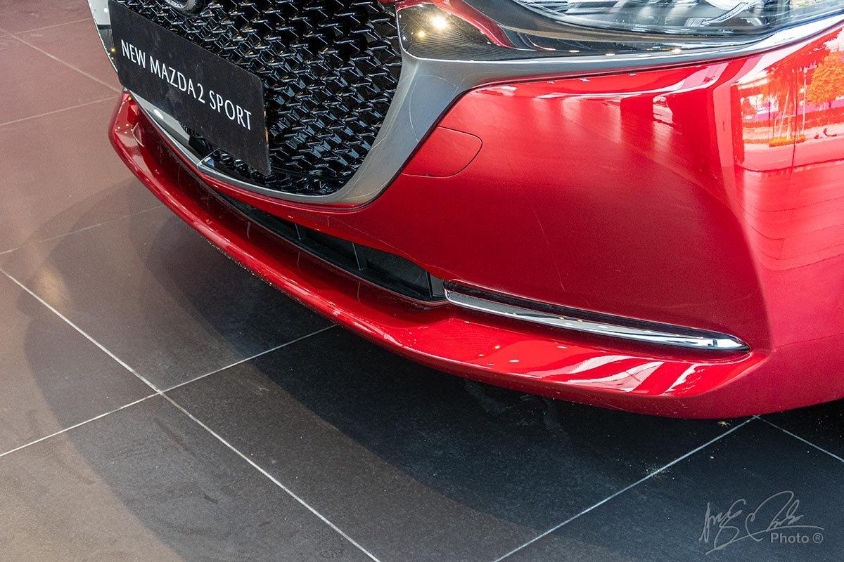 Đánh giá xe Mazda 2 2020: Khu vực đèn sương mù được thay thế bằng thanh crôm trang trí nằm ngang.