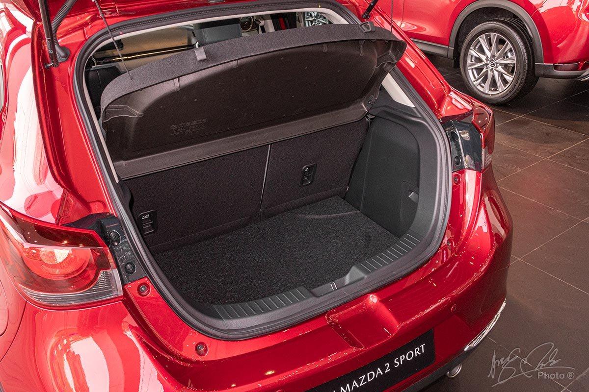 Đánh giá xe Mazda 2 2020: Không gian hành lý 280 lít đối với biến thể Hatchback .