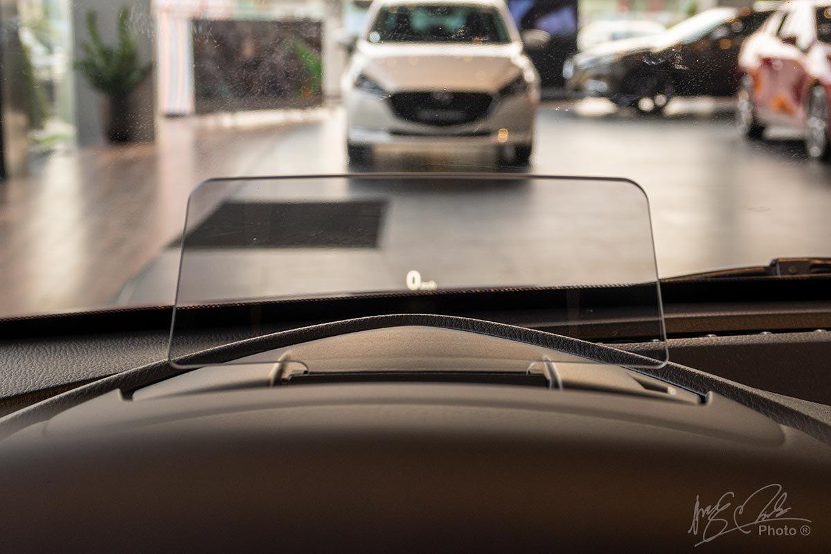 Đánh giá xe Mazda 2 2020: Màn hình HUD trên phiên bản Premium.