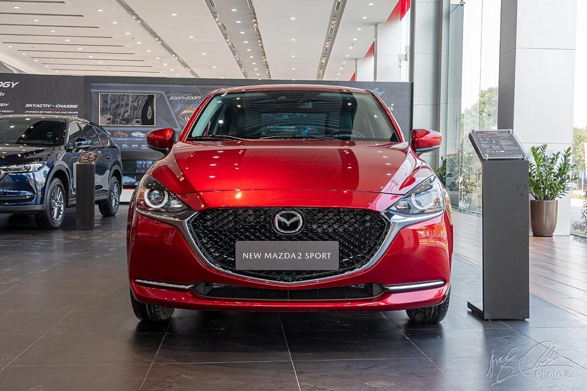 `Đánh giá xe Mazda 2 2020: Thiết kế đầu xe tiếp nối triết lý thiết kế Less Is More của Mazda.